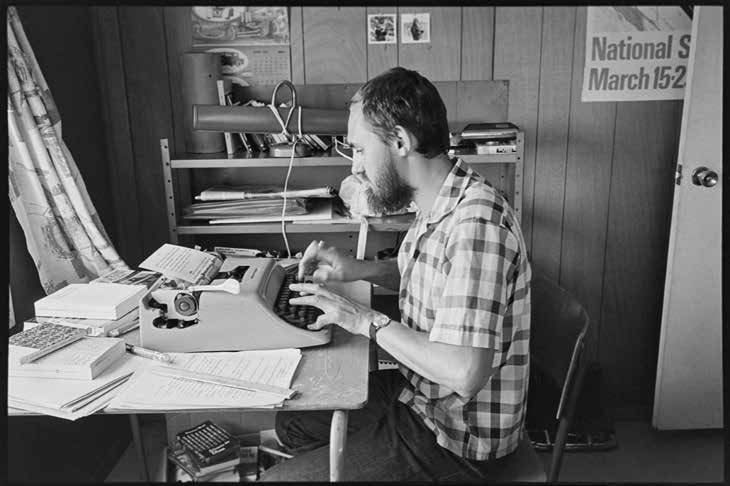 Paul Villeneuve, écrivain, Mont Pinacle, Frelighsburg, en 1970. Bibliothèque et Archives nationales du Québec. Série Office du film du Québec. (Photo Gabor Szilasi)